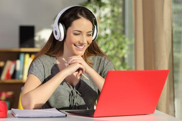 Mulher usa SKY Internet no notebook