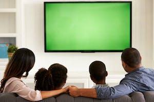 Família assiste à televisão SKY Combo.