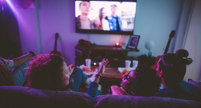Jovens assistindo SKY Fun TV.
