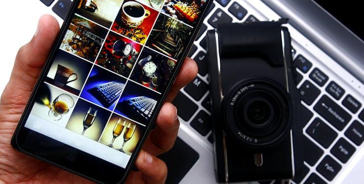 Celular com galeria de fotos aberta