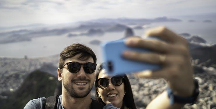 Status para Whatsapp: casal tira selfie para atualizar aplicativo
