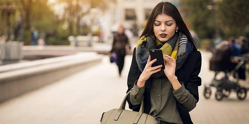 Recarga Oi - Mulher utilizando o smartphone