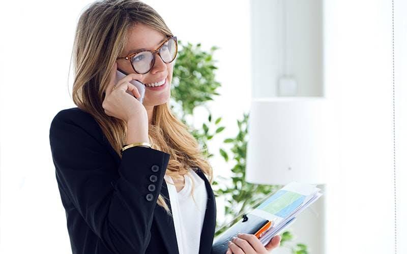 foto de mulher no celular fazendo recarga TIM