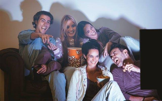 SKY 2ª via - Amigos assistindo televisão