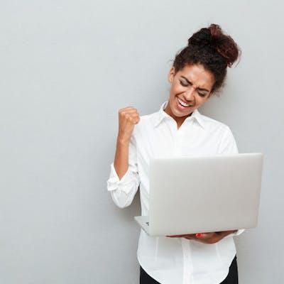 mulher com notebook com acesso a tim live