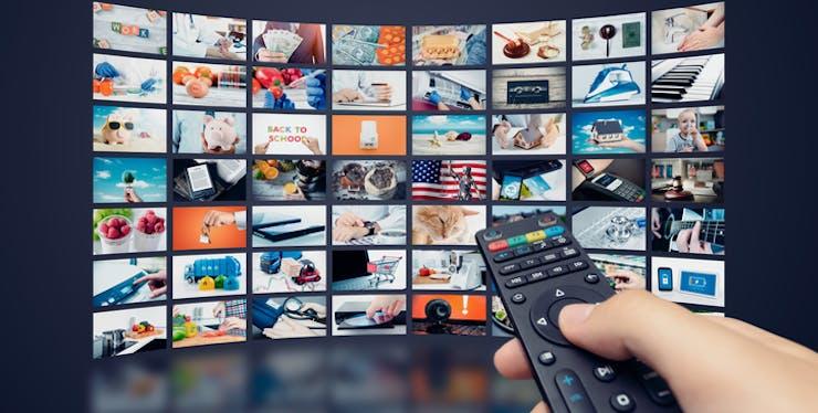 Controle remoto apontando para várias opções de mídia.