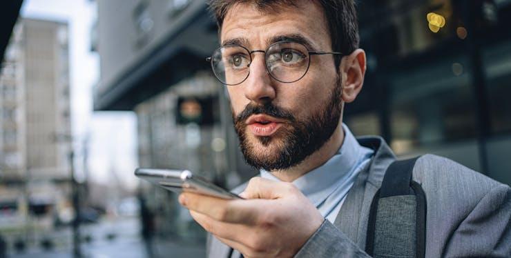 Correio de voz: homem envia mensagem de voz pelo celular