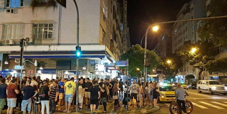 Pessoas aglomeradas em um bar no Rio de Janeiro
