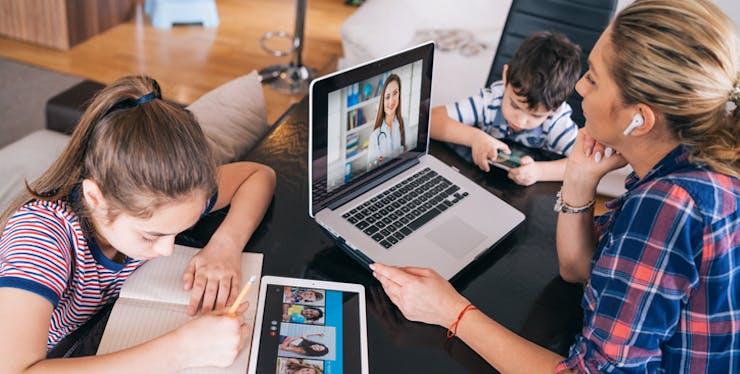 Família conectada, com celular notebook e tablet.