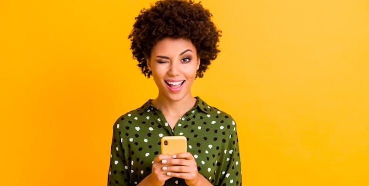 mulher-segurando-telefone
