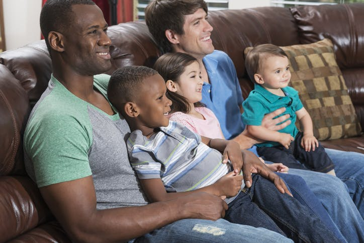 SKY Combo: pais e filhos assistem TV