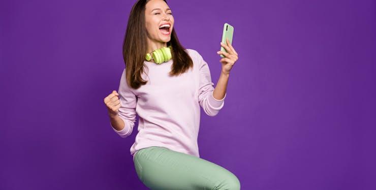 Mulher utilizando o celular.