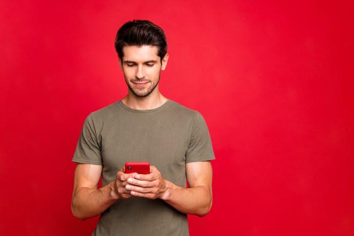 Homem mexendo no celular