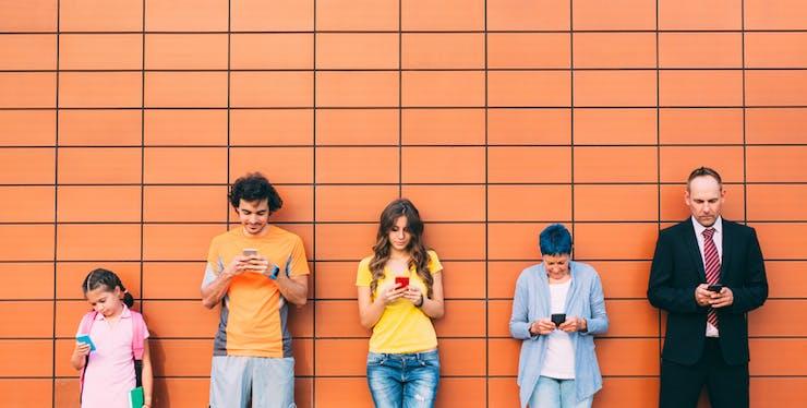 Família usando o celular