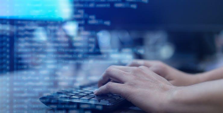 Pessoa utilizando teclado do computador