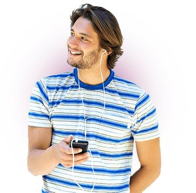 Homem ouvindo musica pelo celular - Oi internet móvel