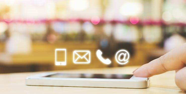 Ícones de mensagem saindo de uma celular