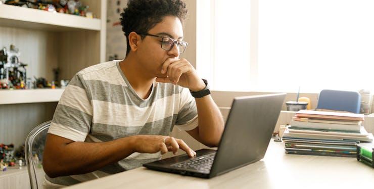 Estudar online: garoto estuda pelo notebook