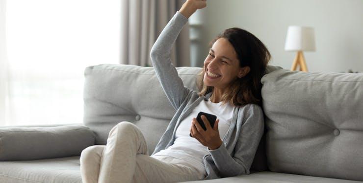 Imagem mulher feliz ao resolver o problema dos dados móveis que não funcionavam