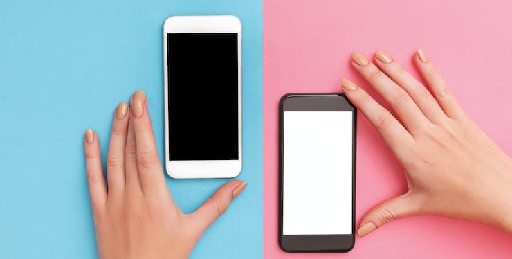 duas mãos segurando celulares