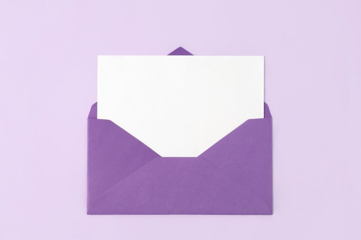 E-mail com envelope roxo