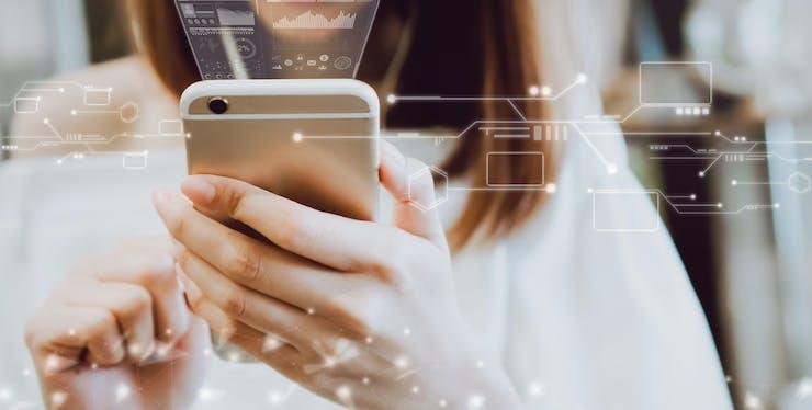 Mulher segurando um celular com ícones de tecnologia