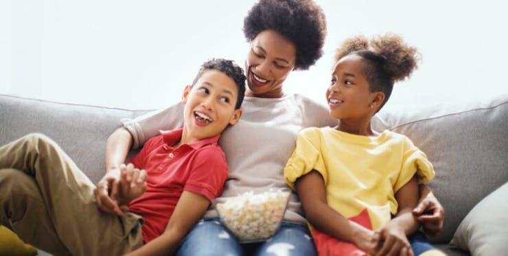 Claro NOW: mãe, filho e filha assistem filme