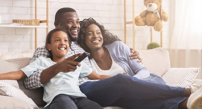 Família assiste a planos SKY TV.