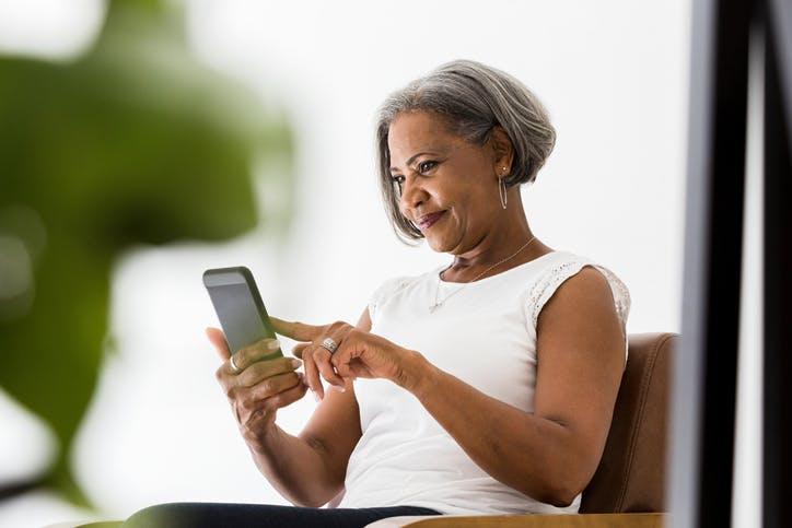 SMS e MMS: mulher mexendo no celular