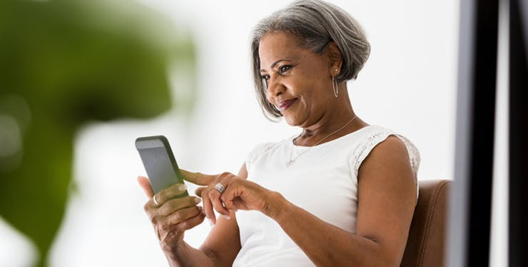 Mulher olhando o celular
