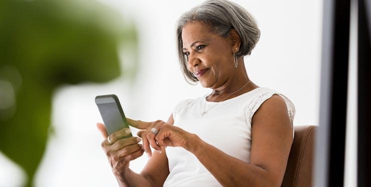 Portabilidade TIM: senhora usando celular