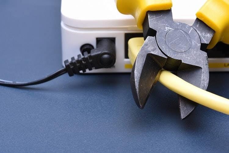 alicate cortando fio