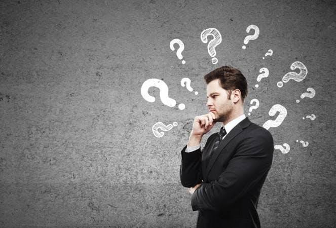 foto de homem em dúvida com pontos de interrogações ilustrados ao seu redor