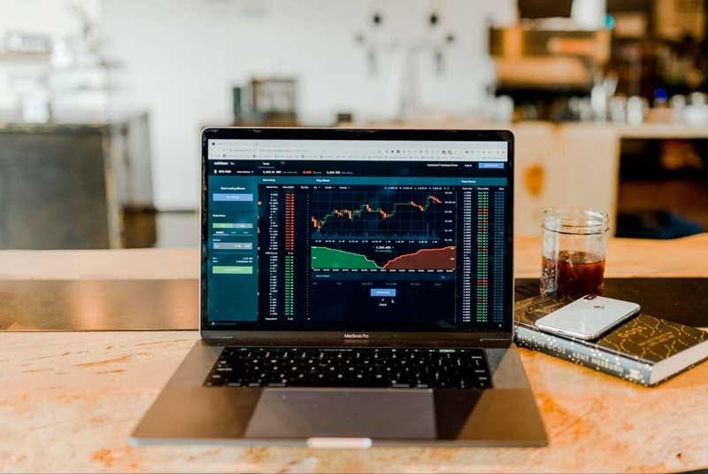 O que é ação? Com o auxílio de uma corretora, você pode visualizar o histórico de ações e decidir quando comprar ou vender.