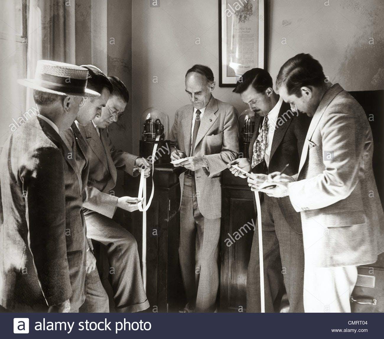 Brokers lendo fitas na década de 1930.