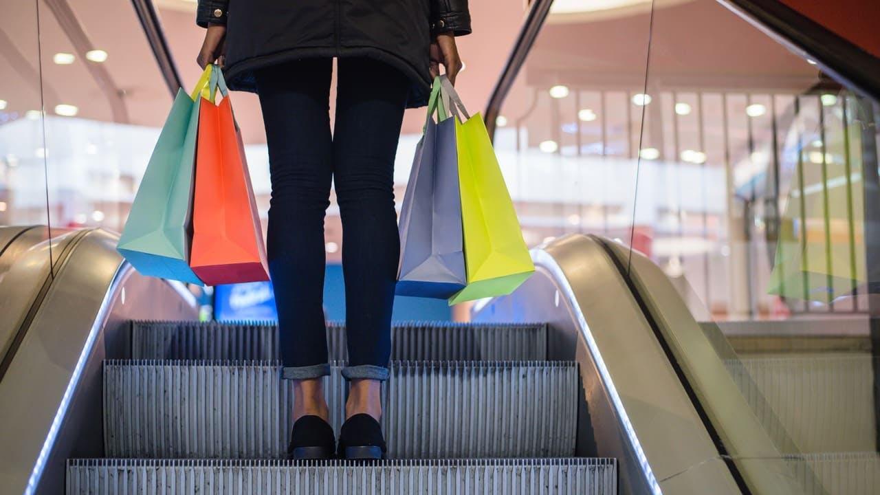Shoppare åker rulltrappa