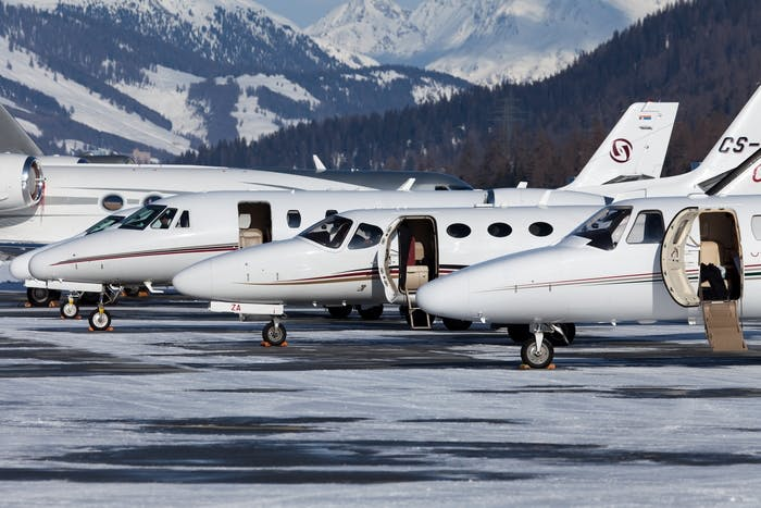 jets privés dans un aéroport de montagne
