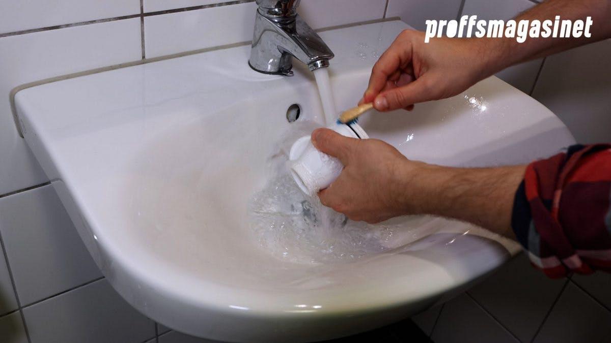 Rengör de olika delarna med en tandborste.