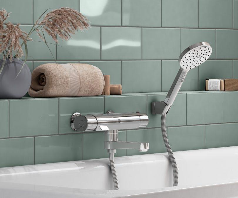 Sanitetsporslin från Gustavsberg, badkar och blandare i badrum