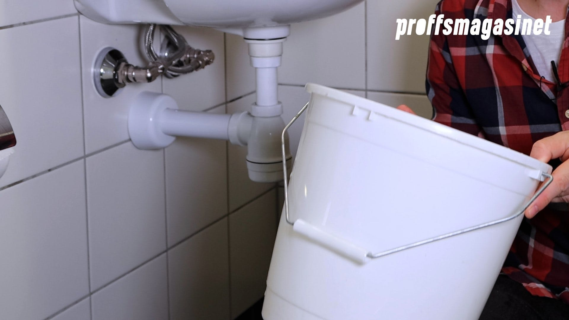När du ska rengöra ditt vattenlås behöver du en hink.
