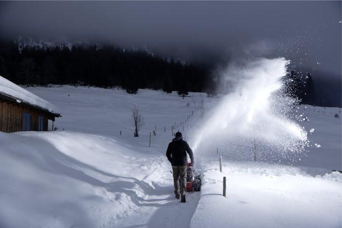 AL-KO SnowLine 700 E är en snöslunga med 15 m kastlängd