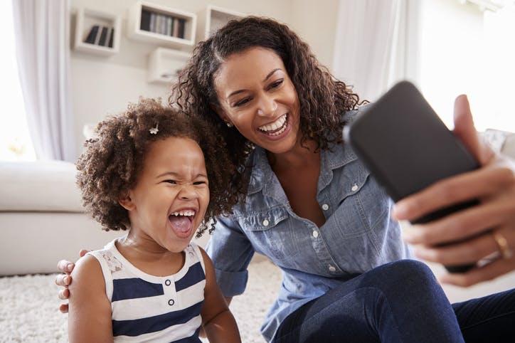 Mãe e filho tirando self no celular