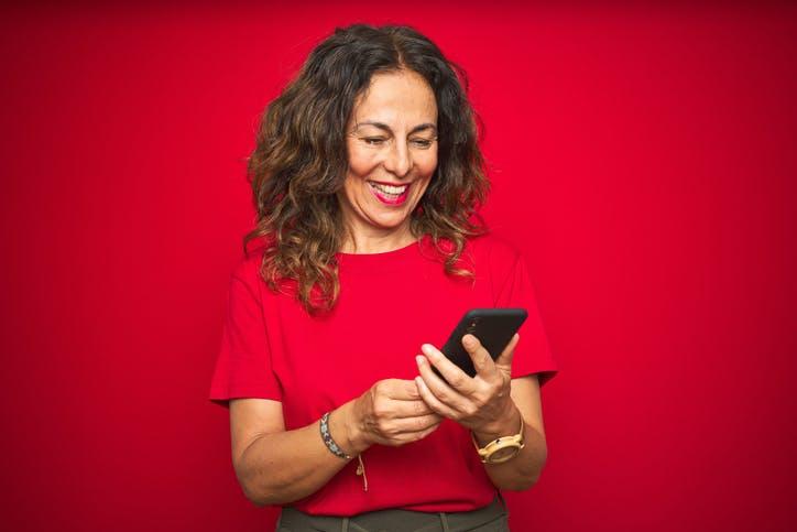 Imagem de uma mulher usando o aplicativo oficial da Claro