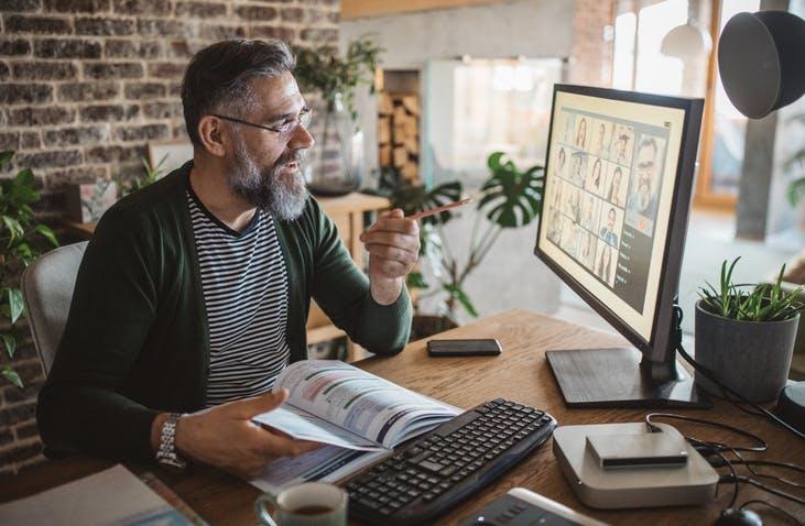 Homem fazendo video-chamada no computador