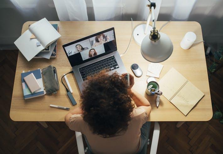 Menina fazendo video-chamada com as amigas no notebook