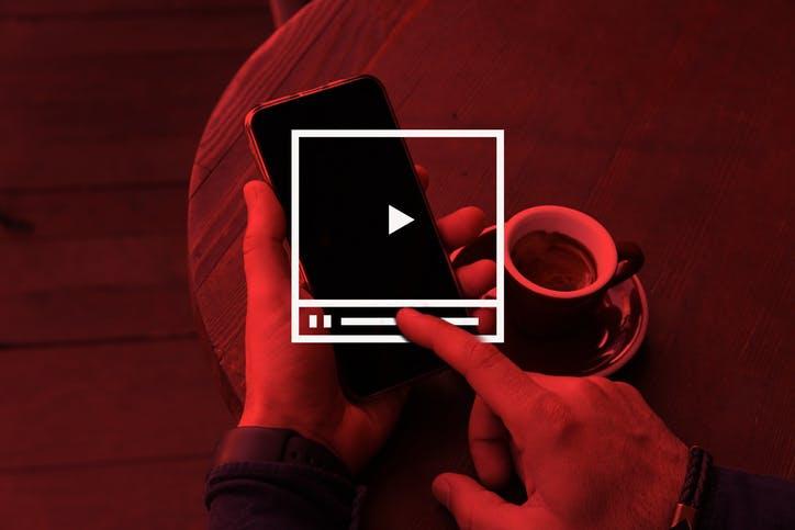 Imagem homem usando o celular para acessar a Claro Vídeo