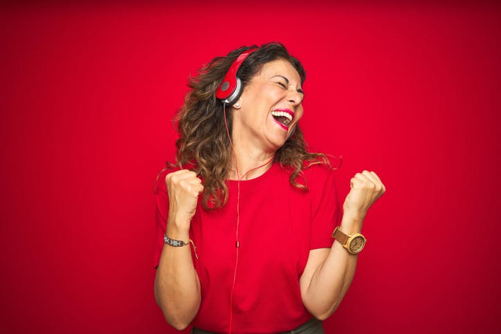 Imagem mulher feliz ouvindo Claro Música