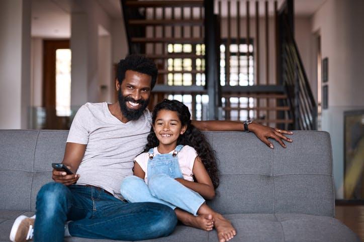 pai e filho assistindo à televisão