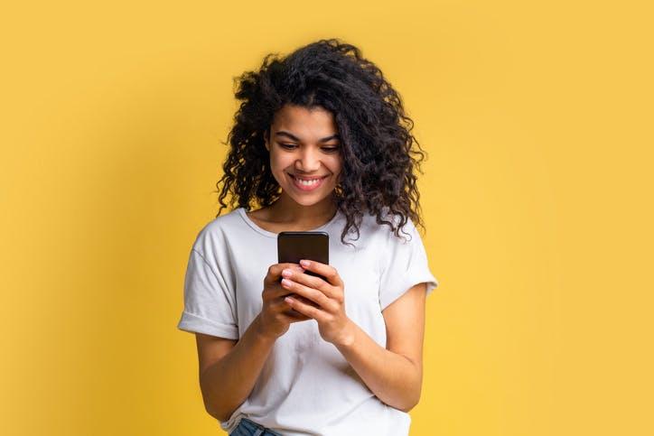 Menina mexendo no celular com plano Claro