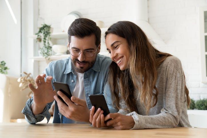 Homem e mulher vendo celular